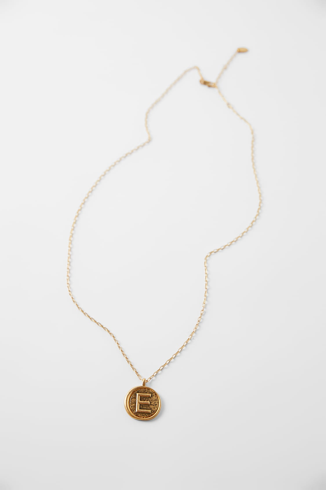 ZARA的图片 1 名称字母圓牌吊飾項鏈