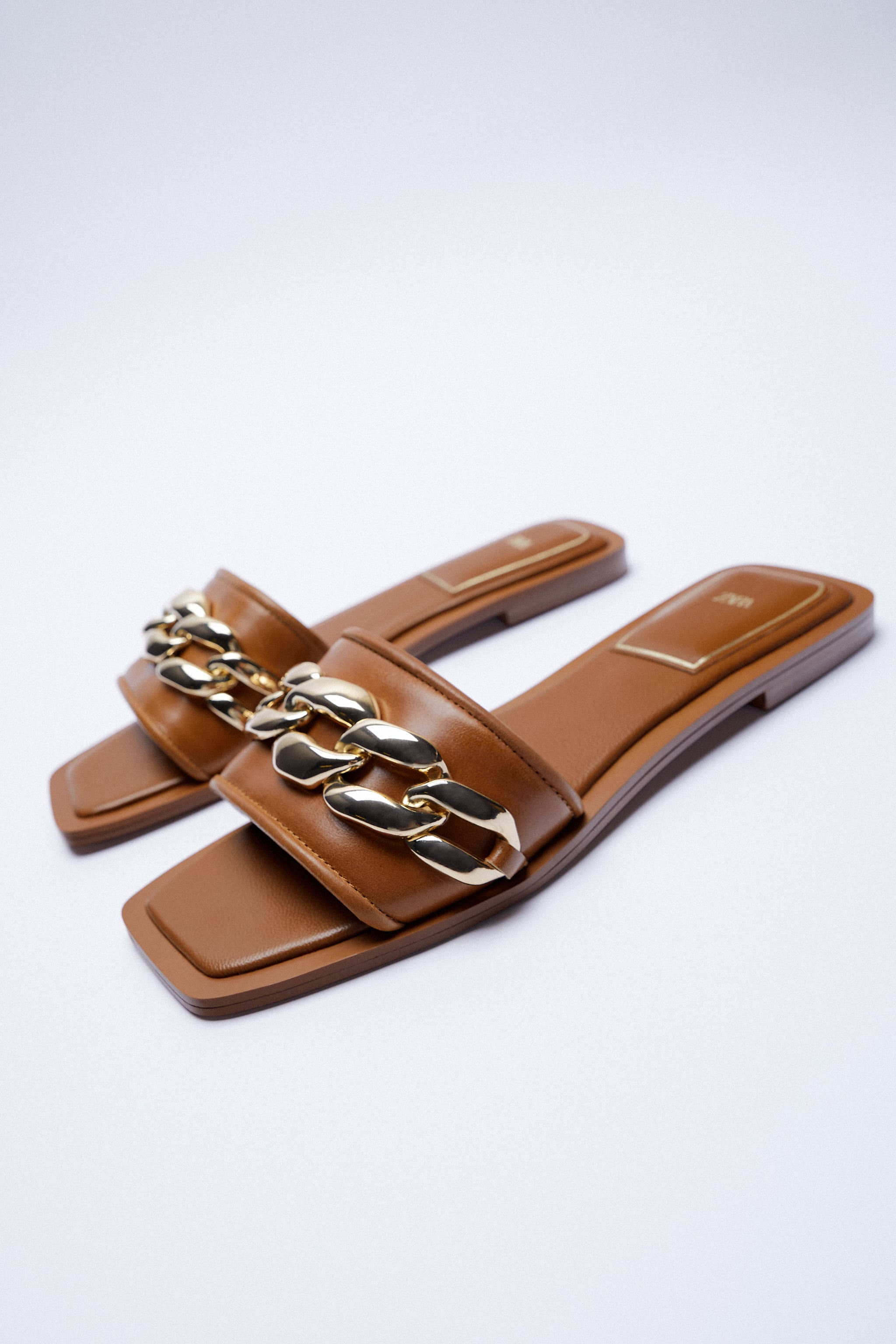 FLAT LEATHER SANDALS WITH CHAIN TRIM