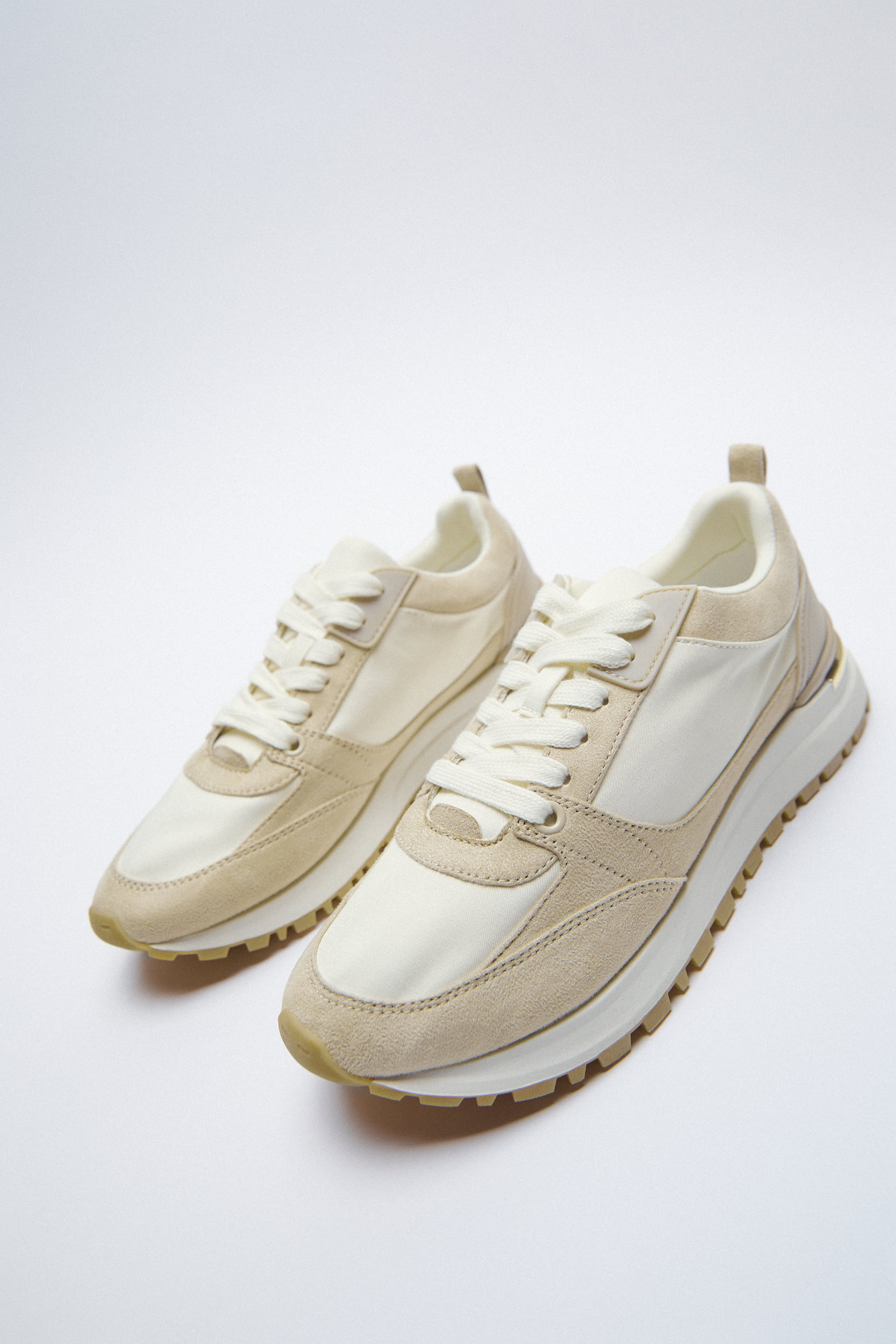 TRAINERS WITH CONTRAST METALLIC PIECE